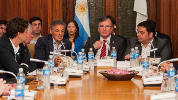 Los ministros de Producción y Trabajo presentaron el Plan Productivo Nacional en la Unión Industrial Argentina.