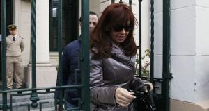 Cristina Kirchner sale de sede judicial en la provincia de Santa Cruz .